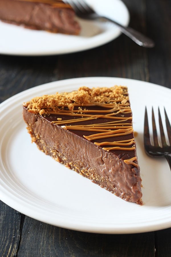 Cookie Butter Pudding Pie features a crunchy speculoos cookie crust with an ultra rich, thick, and creamy chocolate cookie butter pudding filling. Out of this world amazing!