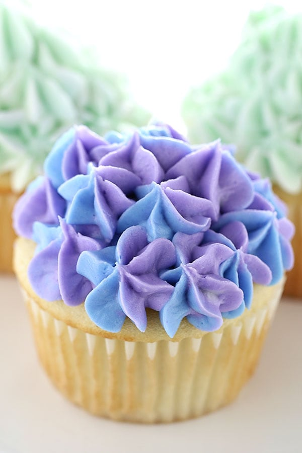 How to Make Hydrangea Cupcakes that are completely elegant and beautiful... no one needs to know just how easy it is to decorate these!