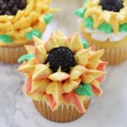 How pretty are these buttercream sunflower cupcakes?! They're so easy!!