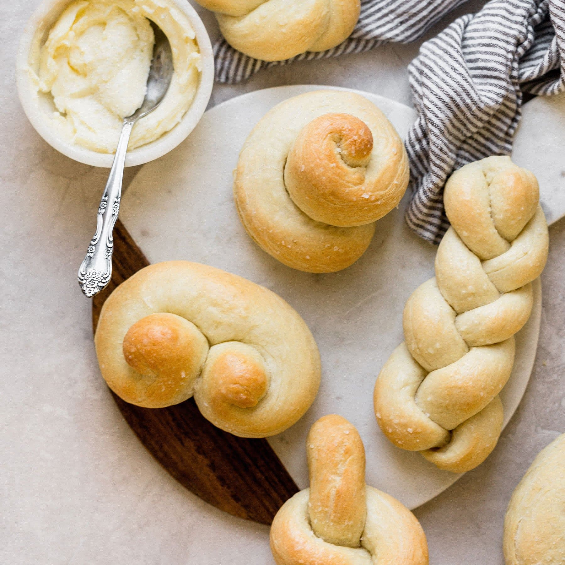 5 EASY ways to shape bread rolls to make them beautiful for any special occasion or holiday!