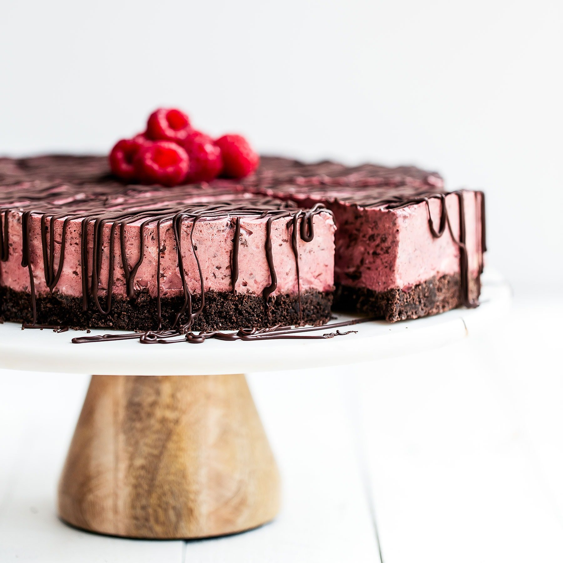 No Bake Frozen Chocolate Raspberry Pie features a chocolate graham cracker crust, creamy chocolate raspberry filling, and is topped with more chocolate! Perfect refreshing summer treat.