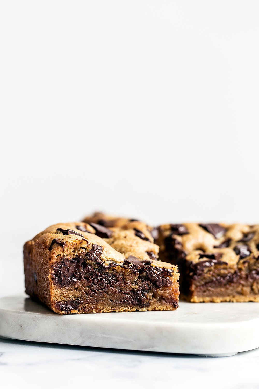 Peanut Butter Chocolate Chunk Bars are ultra thick, chewy, gooey, and loaded with tons of sweet peanut butter and chocolate flavor!