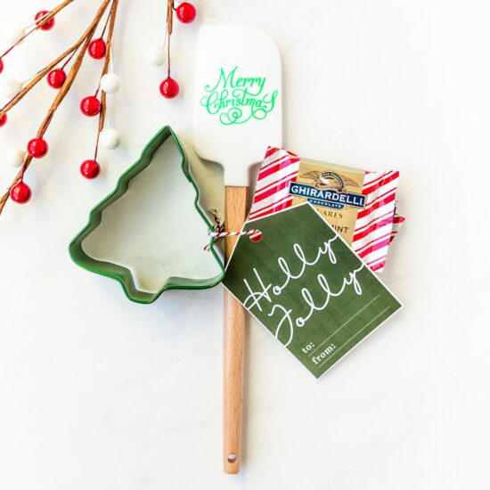 Simple and easy ideas for Christmas party favors to hand out to your guests that take just minutes to assemble. Bonus free printable gift tags and recipe card templates included too!